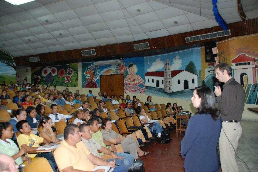 Dr. Jung en el Auditorio UNACHI
