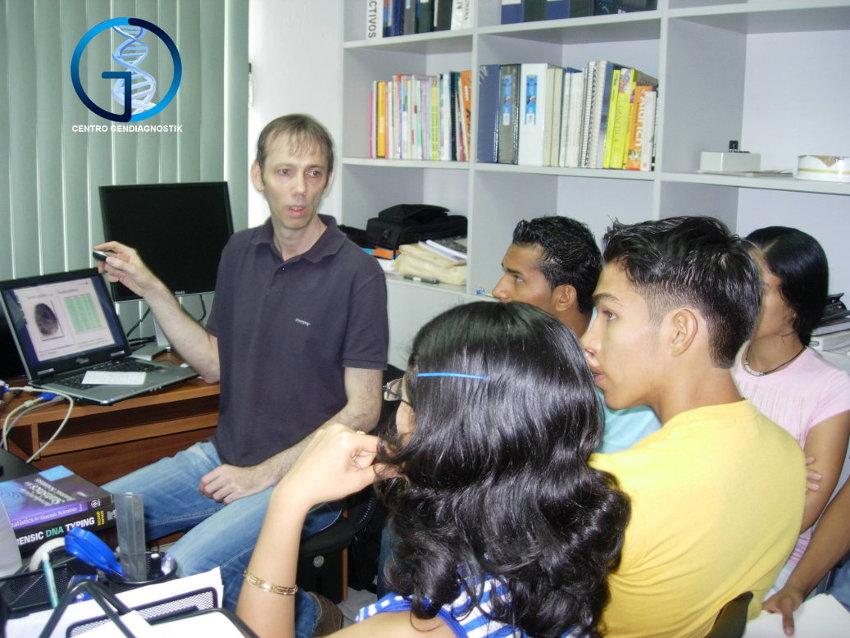Dr. Jung con estudiantes becados